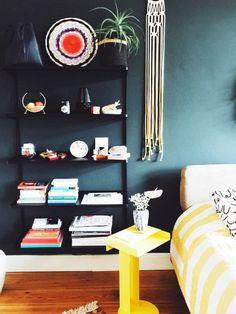Eine petrolblaue Wand erzeugt viel Ruhe in deinem Schlafzimmer!
