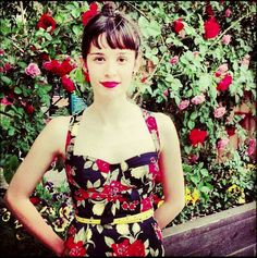 """Madame Periné en el vestido """"Tulipán latino"""" Bangs, Butterfly, Seaside, Singers, Outfits, Vintage, Dresses, Style, Fashion"""