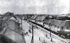 ถนนเยาวราช ตรงบริเวณ แยกเฉลิมบุรี ปี พ.ศ.2468