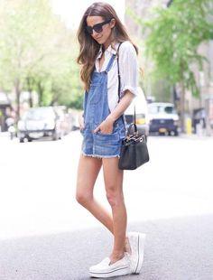 A jardineira jeans é uma peça super versátil, principalmente no verão.  Combinada com camisa branca e slip-on fica a cara da estação.