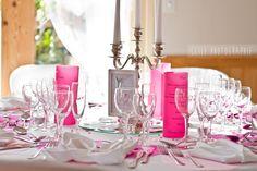Mariage thème rose pâle et rose fuchsia avec une note de gris. Centre de table chandelier.