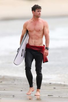 Here Chris Hemsworth walks down the beach and looks to his left. Literally Just 17 Very Similar Yet Special And Unique Pics Of Chris Hemsworth At The Beach Chris Hemsworth Shirtless, Liam Hemsworth, Chris Hemsworth Young, Chris Hemsworth Muscles, Shirtless Guys, Snowwhite And The Huntsman, Hemsworth Brothers, Chico Fitness, Gym Fitness