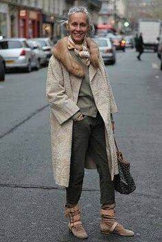 The first woman I admire for her style in 2017 is Linda V Wright. A former model and fashion editor born in Texas who lives in Paris since the She has two beautiful daughters a nephew and owns h Mature Fashion, Fashion Over 50, Linda V Wright, Looks Street Style, Advanced Style, Looks Chic, Mode Inspiration, Mode Outfits, Trendy Outfits