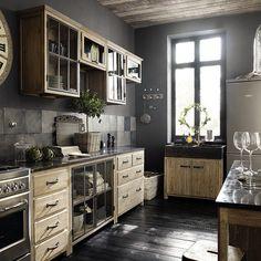 cocina, rústica, muebles madera color natural, armarios superiores con puertas de cristal, paredes color gris, frente de baldosas, suelo parquet color carbón. presupuestON.com