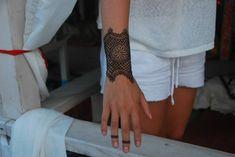 idée super de tatouage poignet et doigts au henné