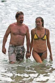 Καυτά φιλιά στη θάλασσα για τον διάσημο ηθοποιό και την σύντροφό του