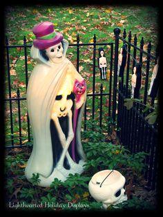 A very dapper skeleton blowmold. Beistle Halloween, Retro Halloween, Vintage Halloween Decorations, Halloween Doll, Halloween Items, Holidays Halloween, Happy Halloween, Halloween Party, Haunted Halloween