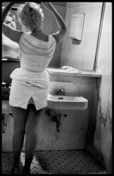 6 Août 1955 / (PART IV) Comment Marilyn, alors la plus grande star hollywoodienne, rapportant des millions de dollars à la Fox, ayant des milliers de lettres de fans par semaine, s'apprêtant à mettre à genoux la Loi des Studios, se retrouva-t-elle dans ce coin pommé de l'Amérique profonde ? (Bement). Retour sur un voyage rocambolesque. Depuis la fin de l'année 1954, Marilyn a quitté Los Angeles pour s'installer à New York, gage de reconnaissance professionnelle pour l'actrice qu'elle…