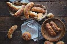 Upiekla som doma kváskové rožky. Veľmi jemné, mäkké a vláčne. Tak im chutili, že mi nechceli veriť, že sú špaldové a trochu celozrnné. Stvorené na desiatu. Pretzel Bites, Food Styling, Sausage, Basket, Bread, Sausages