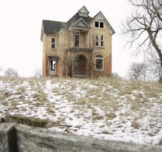 This is an abandoned house just outside a small town in Ontario. It's a great house, lovely looking on the outside. Update on this house: It is gone now.not much left but the hill it was on. Old Abandoned Buildings, Abandoned Property, Abandoned Mansions, Old Buildings, Abandoned Places, Mansion Homes, Mansion Interior, Spooky House, Creepy Houses