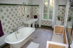 salle de bain Cèdre (16 m2) avec baignoire sur pieds, douche, double lavabo et wc. Carrelage en mosaïques de marbre.