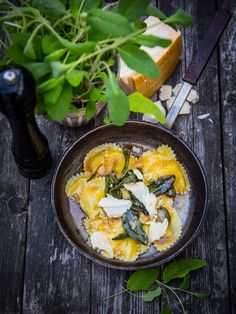 Dn lagar tortellini med salvia och grona arter