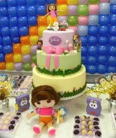 """Decoração de festa infantil no tema da personagem """"Dora, a aventureira"""". Dica para as mamães: Bolo da Dora! Mais fotos em: http://mamaepratica.com.br/2014/04/14/mamae-em-festa-dora-aventureira/"""
