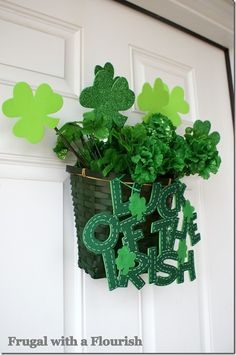 Feel festive and lucky with a St. Patrick's Day party! Here are a few DIY ideas that will leave you with a happy crowd and perhaps even a lucky streak! St Patrick's Day Crafts, Cute Crafts, Holiday Crafts, Diy And Crafts, March Crafts, Desserts Valentinstag, Irish Christmas, St. Patricks Day, Irish Decor