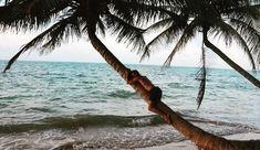 S'OUBLIER. Parfois les #vacances c'est aussi prendre le temps de ne rien faire prendre du recul sur soi sur sa vie ses choix s'observer le temps d'un instant.   Prendre de la hauteur penser à ce qui a été joyeux heureux comprendre ce qui a été raté et malheureux. Tous ces événements constituent notre vie et qui nous sommes réellement. Alors parfois les vacances sont un moyen de s'oublier ne faire qu'un avec le bruit des vagues se laisser porter par le flot de la vie sans lutter…