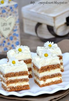 Good cake with nut leaves Source by Desserts For A Crowd, Easy Desserts, Delicious Desserts, Romanian Desserts, Romanian Food, Cake Recipes, Dessert Recipes, Dessert Ideas, White Chocolate Cake