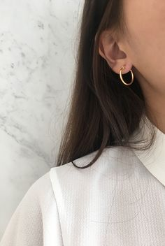 Skinny gold hoops in medium size. These basic thin hoop earrings are great for everyday wear and goes well with any outfit. Comes in 4 other sizes from small to chunky. Visit www.thehexad.com for more #goldhoops #goldearrings