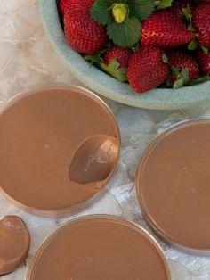Σοκολάτα κρεμέ με φράουλα Sweets Recipes, Fun Desserts, Delicious Desserts, Vegetarian Sweets, Chocolate Desserts, Pudding, Fruit, Food, Happy