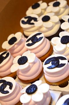 Cupcakes at a Coco Chanel Paris Party. I would love to have a Chanel party! Parisian Birthday Party, Parisian Party, 35th Birthday, Birthday Celebration, Paris Birthday, Birthday Cakes, Birthday Ideas, Birthday Parties, Galletas Cookies
