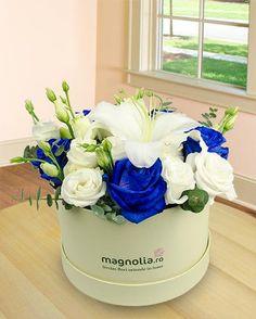Aranjament cu flori in cutie. Aranjamentul este format din trandafiri albastri, eustoma si crini albi. Flower Power, Horsehair, Floral Arrangements