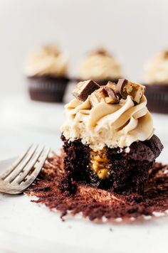 Rich, fudgy snickers cupcakes that everyone will love. Moist chocolate cupcakes filled with caramel peanuts and topped with salted caramel frosting Snickers Cupcakes, Snickers Cheesecake, Snickers Cake, Easy Desserts, Dessert Recipes, Mugcake Recipe, Chocolate Cupcakes Filled, Yummy Treats, Yummy Food