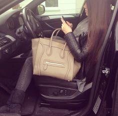 парень держит за руку девушку в машине фото