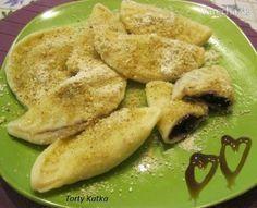 Pirohy z tvarohového cesta plnené čučoriedkami a posypané orechami - skvelý sladký obed.