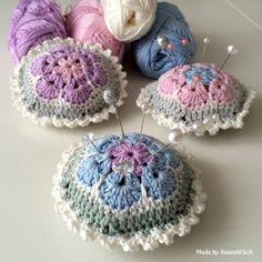 Virkade-naldynor-av-afrikanska-blommor-by-BautaWitch - pin cushions - scroll to bottom for English pattern Crochet African Flowers, Crochet Daisy, Knit Or Crochet, Crochet Gifts, Crochet Flowers, Crochet Heart Blanket, Crochet Squares, Crochet Blanket Patterns, Crochet Basket Tutorial