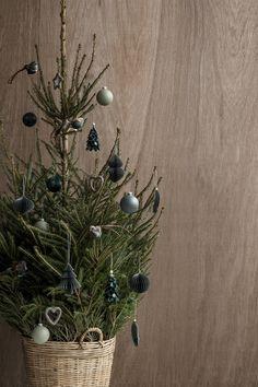 amazing-ideas-for-a-nordic-inspired-monochrome-christmas Nordic-style Christmas tree via Broste Copenhagen. Minimal Christmas, Nordic Christmas, Natural Christmas, Christmas Mood, Noel Christmas, Modern Christmas, Christmas 2019, Simple Christmas, Green Christmas