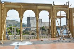 Game of Thrones le immagini dal set in Croazia - Buzzland Game Of Thrones 4, Game Of Thrones Saison, Gazebo, Pergola, King's Landing, Dubrovnik, Brooklyn Bridge, The Outsiders, Outdoor Structures