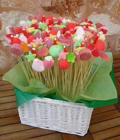 Candy centerpiece for a party Snacks Für Party, Party Treats, Kreative Snacks, Troll Party, Candy Bouquet, Candy Table, Fiesta Party, Candy Party, Unicorn Party