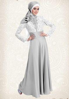 Gaun gamis pesta silver Cavalli yang sangat elegan ini merupakan hasil kombinasi bahan yang top dan model yang smart menjadikan gaun pesta muslimah yang mempesona.