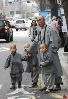 Novice Buddhist monks and their teacher wait to take a taxi in downtown Seoul, South Korea Religions Du Monde, Cultures Du Monde, World Cultures, We Are The World, People Around The World, Seoul, South Korea Photography, Shaolin Kung Fu, Tibet