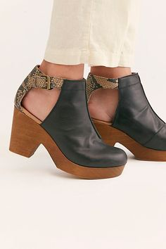 Clog Boots, Clogs Shoes, Sock Shoes, Flat Shoes, Fall Winter Shoes, Shoe Gallery, Leather Clogs, Vintage Shoes, Me Too Shoes