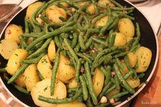 Ein sehr einfaches und vorallem preisgünstiges Gericht, kann man mit Kartoffeln und Bohnen zaubern. Zutaten für 4 Personen 800 g Kartoffeln 400 g Bohnen, grüne 80 g Speck, gewürfelt 1 Zwiebel 1 Bun…