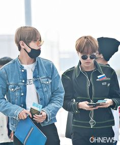 V and J-Hope ❤ #BTS #방탄소년단 at the airport en route to Paris for KCON!