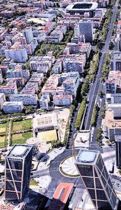 Barrio de Chamartín desde el aire. En primer término las Torres Kio, también llamadas Puerta Europa, con sus 15º de inclinación. Al fondo, el Estadio Santiago Bernabéu, Madrid