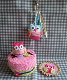 So darn cute. i love the color combo, the owl, the cake. Crochet Box, Diy Crochet And Knitting, Crochet Birds, Love Crochet, Crochet Animals, Crochet Keychain, Crochet Decoration, Owl Crafts, Crochet Accessories