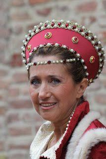 Le foto sono di Ezio Cerruti ... Medieval Hats, Loki Cosplay, Italian Renaissance, Period Costumes, Headgear, Historical Dress, Textiles, Knight, Clothes