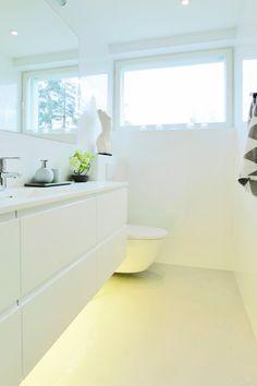 valkoinen kylpyhuone, laatat ABL-Laatat #kylpyhuoneenvalaistus #valkoinen #vaalea #valaistus #abl #abllaatat