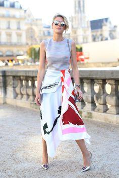 Look com saia assimétrica tipo lenço.
