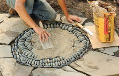 How do I create a pebble mosaic? Prepare and sort the stones - DIY garden decoration - How do I create a pebble mosaic? Prepare the stones and sort them - Mosaic Rocks, Pebble Mosaic, Stone Mosaic, Mosaic Art, Rock Mosaic, Mosaic Walkway, Pebble Patio, Mosaic Mirrors, Garden Crafts