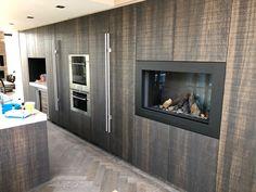 Prachtige gesloten gashaard in keukenwand Flat Screen, Design, Home Decor, Blood Plasma, Homemade Home Decor, Interior Design, Design Comics, Home Interiors