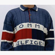 Tommy Hilfiger Vintage sweater blue and classic logo with flag on the entire chest circumference. Presents the collar with two-button closure. Excellent condition 9/10. Measures: • Chest 58 • Shoulders 63 • Sleeve 50 • Length 70 If you purchase more items please contact me