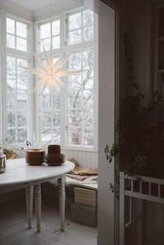 Hemma hos Sofia (Babes in Boyland – The Northern Sisters Collective) Home in Sofia Cheap Shelves, Cheap Dorm Decor, Cheap Apartment, Interior Decorating, Interior Design, Southern Homes, Eclectic Decor, Scandinavian Style, Home Remodeling