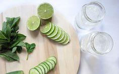 Denenmiş ve sonuç alınmış ödem söktürücü bitki çayı tarifi arıyorsanız, doğru yerdesiniz! En iyi kadın sitesine ödülüne sahip 'Yüksek Topuklar' olarak sizlerle dörtmalzemeyle kolayca hazırlanan ve kesin sonuç veren ödem söktürücü bitki çayı tarifini paylaşıyoruz. Malzemeler, 1 litre oda sıcaklığında su 1 adet limon 10 yaprak taze nane 1 adet salatalık Hazırlanışı ve kullanımı, Çayımızı