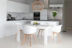 Vitra Panton ja Hay About a Chair keittiössä - Modernisti kodikas Home Room Design, Home Design Decor, House Design, Home Decor, Dining Room Table, Kitchen Dining, Kitchen Decor, Hay Design, Shabby Chic Interiors