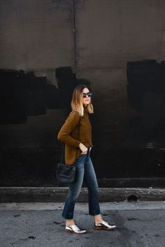 Crop Flare Denim - Can't go wrong styling your silver oxfords with a pair of totally on-trend cropped flare jeans. Fall Winter Outfits, Autumn Winter Fashion, Star Fashion, Look Fashion, Flare Jeans Outfit, Crop Flare Jeans, Cropped Jeans Outfit, Metallic Oxfords, Pijamas Women