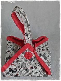 Porta travessas quadrado confeccionado em tecido 100% algodão com argolas de plástico reforçadas.
