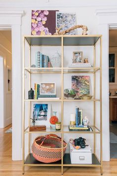 15 ways to customize your IKEA bookshelvesIKEA Bookshelf Hacks are a game changer! If you love fixtures but are afraid of the price, check out these bespoke IKEA parts. You believe how amazing a Glass Bookshelves, Painted Bookshelves, Glass Shelves, Ikea Shelves, Gold Shelves, Creative Bookshelves, Bookcase Wall, Etagere Bookcase, Corner Shelves